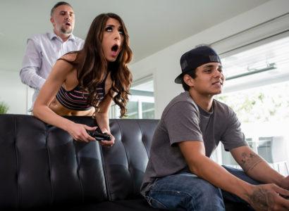 Con chơi game để bố đụ bạn gái